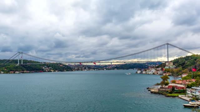 stockvideo's en b-roll-footage met de brug van bosphorus in istanboel timelapse - 15 juli martelaarsbrug