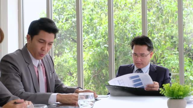 vídeos de stock, filmes e b-roll de chefe zangado com o empregado sobre o problema do trabalho em sala no escritório moderno de reunião - greve