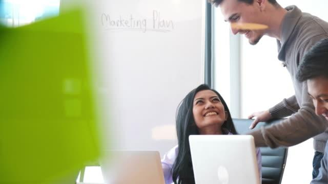 vidéos et rushes de patron vérifie le travail des collègues - pince à papier