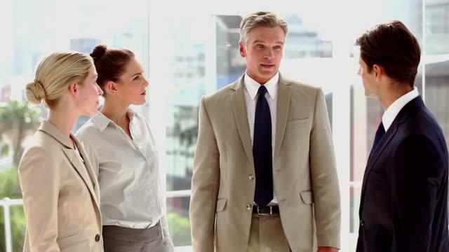 vidéos et rushes de boss talking with his staff - costume complet