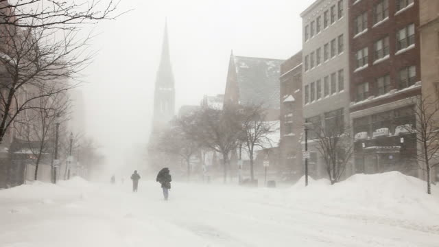 vídeos de stock, filmes e b-roll de boston blizzard de 2015.   snowiest inverno na história de boston - boston massachusetts
