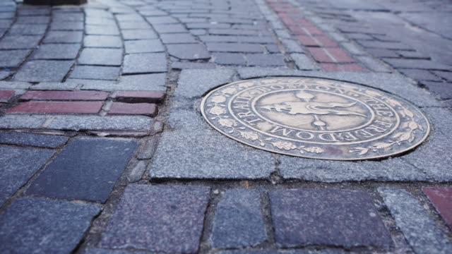 vídeos y material grabado en eventos de stock de boston city street freedom trail - tapadera de cloaca