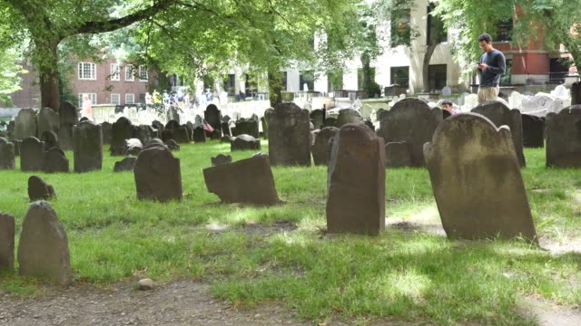 vidéos et rushes de usa boston granary burying ground - pierre tombale