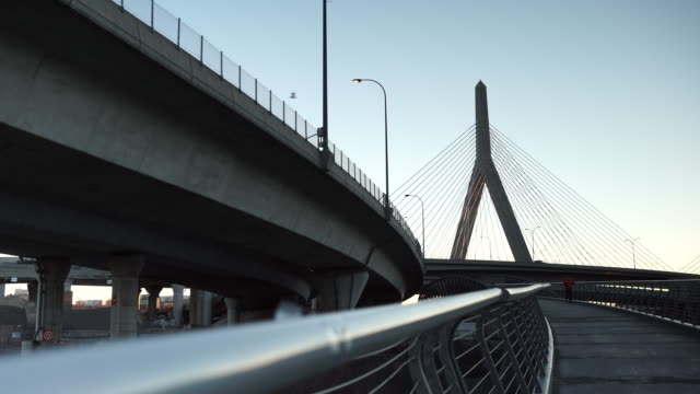 vídeos y material grabado en eventos de stock de boston memorial bridge man running and traffic - puente leonard p. zakim bunker hill
