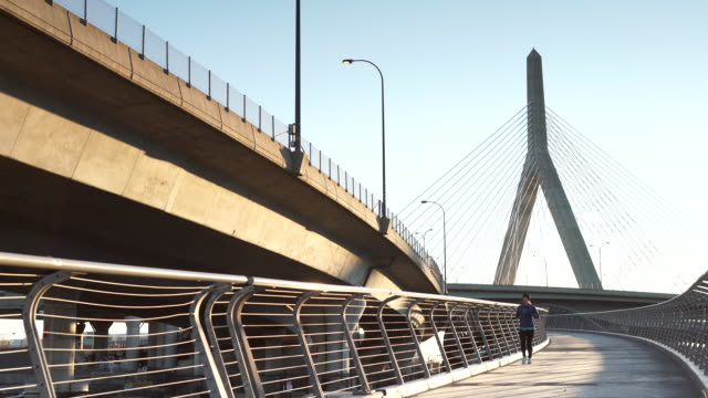 vídeos y material grabado en eventos de stock de boston memorial bridge woman running - puente leonard p. zakim bunker hill