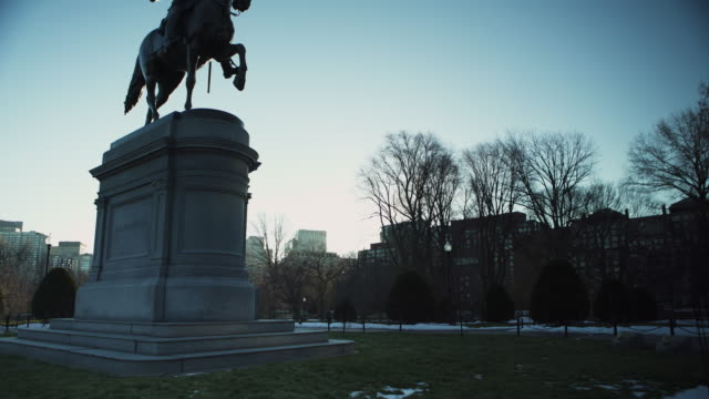 vídeos de stock e filmes b-roll de boston public garden statue - george washington
