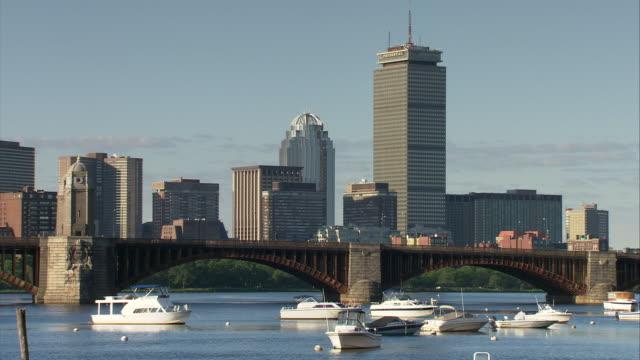 ws boston skyline with prudential tower, longfellow bridge and boats in foreground / boston, massachusetts, usa - チャールズ川点の映像素材/bロール