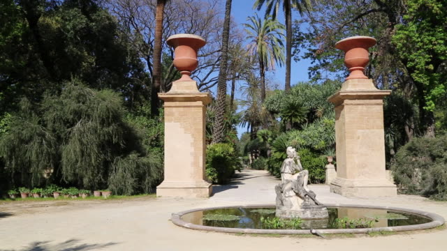 stockvideo's en b-roll-footage met botanical gardens (orto botanico di palermo), view of the gardens with a fountain, with a sculpture in the middle, palermo, sicily - tuinpad