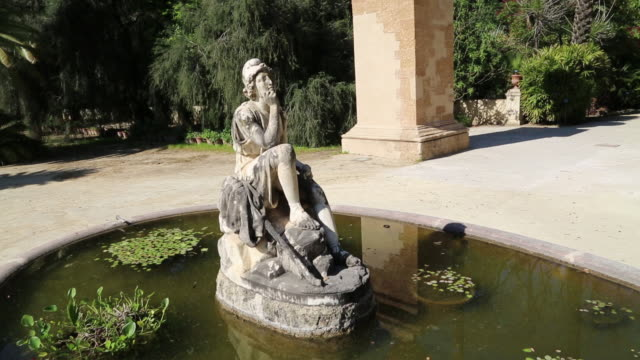 vidéos et rushes de botanical gardens (orto botanico di palermo), view of the gardens with a fountain, with a sculpture in the middle, palermo, sicily - représentation féminine
