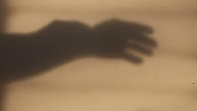 Ambas manos están mostrando gestos en la pared.