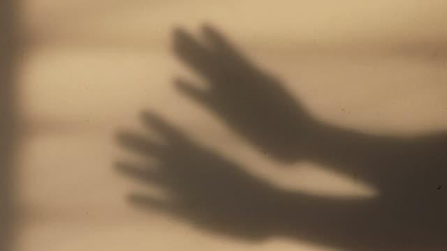 vidéos et rushes de les deux mains présentent des gestes sur le mur. - hôpital psychiatrique