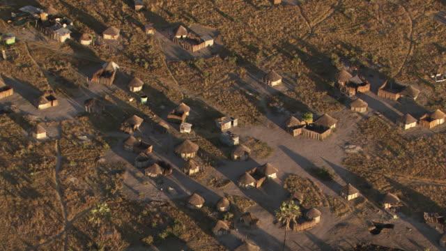 vídeos y material grabado en eventos de stock de botswana, africa: village in savannah - delta de okavango