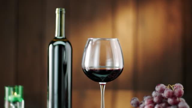vídeos y material grabado en eventos de stock de botella y copa de vino tinto - botella de vino