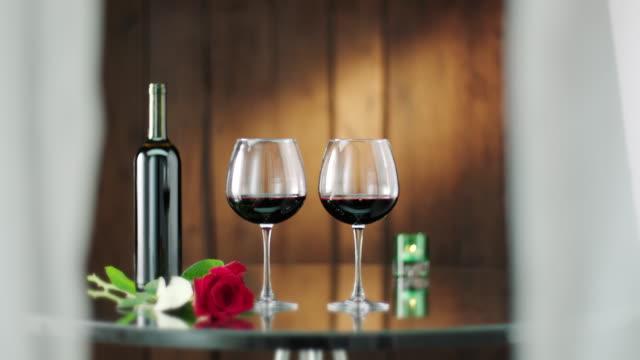 vídeos y material grabado en eventos de stock de botella y dos vasos de vino tinto - botella de vino