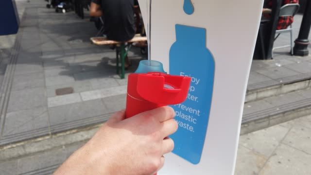 vídeos de stock e filmes b-roll de bottle is filled at one of the first fifty public drinking water fountains, outside kentish town station on july 22, 2019 in london, england. the... - kentish town