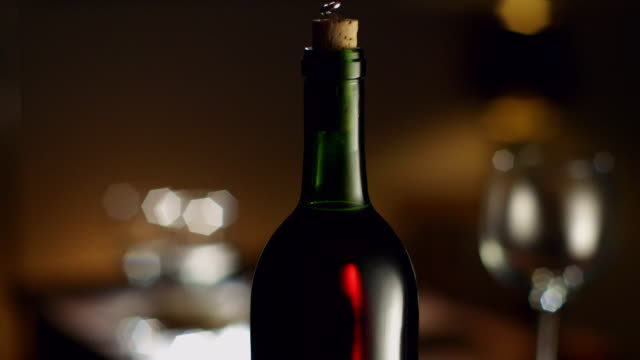 vidéos et rushes de cu bottle of wine being uncorked - bouteille