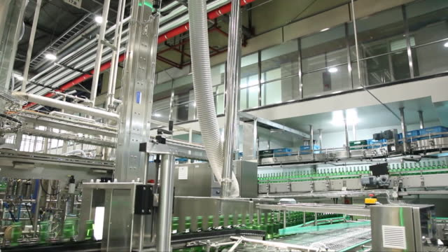 vídeos de stock e filmes b-roll de bottled soju (korean alcohol) being produced at a manufacturing factory - automatizado