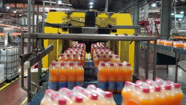 vidéos et rushes de bottles of fanta fruit soda and coke soda move along the automated production line at the cocacola hellenic bottling co sa plant in brovary ukraine... - chaîne de production
