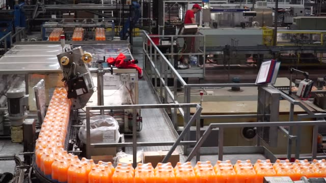 vidéos et rushes de bottles of fanta fruit soda and coke soda move along the automated production line at the coca-cola hellenic bottling co. sa plant in brovary,... - ukraine