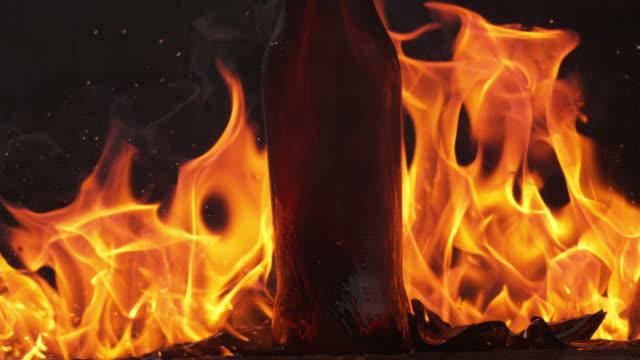 vidéos et rushes de bottles on fire - un seul objet