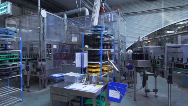 flaschen auf der leiste für die abfüllung von wein in frankreich - halle gebäude stock-videos und b-roll-filmmaterial