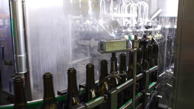 flaschen auf der bar für füllung wein super zeitlupe - halle gebäude stock-videos und b-roll-filmmaterial