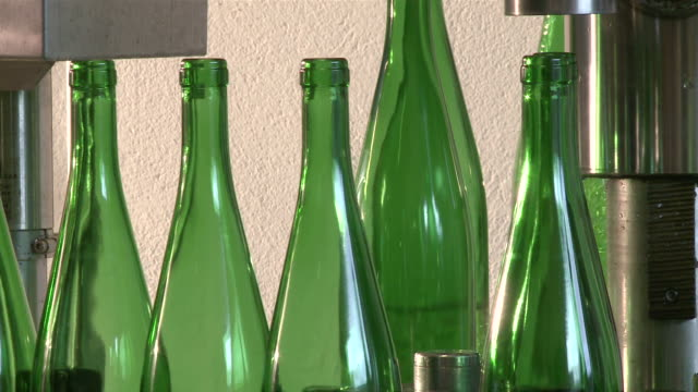 vidéos et rushes de ms bottling at vinery / nittel, rhineland-palatinate,  germany - groupe moyen d'objets