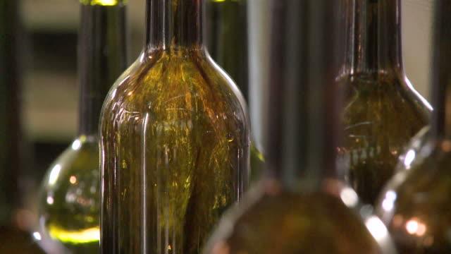 vidéos et rushes de ecu bottling at winery / ellange, moselle, luxembourg - bouteille de vin