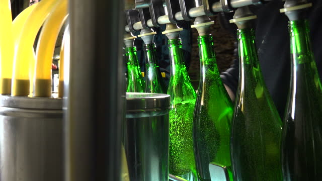vidéos et rushes de bottling of wine in vinery - groupe moyen d'objets