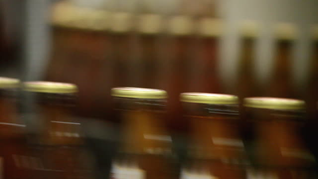 cu bottling plant of making beer inside brewhouse  / grafenhausen, baden-wuerttemberg, germany - bierflasche stock-videos und b-roll-filmmaterial