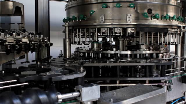 stockvideo's en b-roll-footage met bottling plant (hd) - machine part
