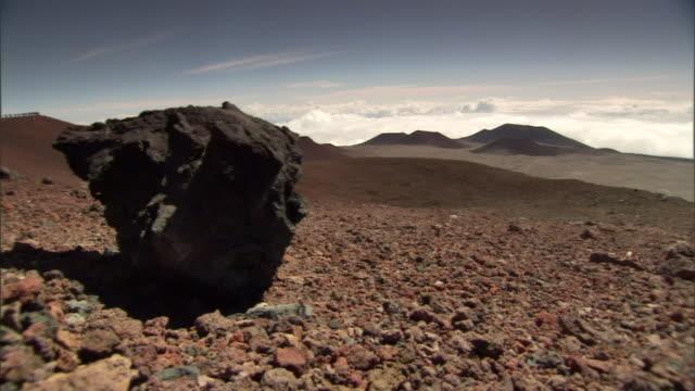 vídeos de stock, filmes e b-roll de a boulder sits in a rocky desert. - boulder rock