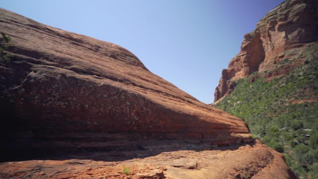 vídeos de stock, filmes e b-roll de boulder para cliff face - boulder rock