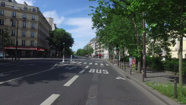 vidéos et rushes de boulevard beaumarchais, with only a few cars and a few pedestrians. may 03, 2020 in paris, france. - plan en travelling