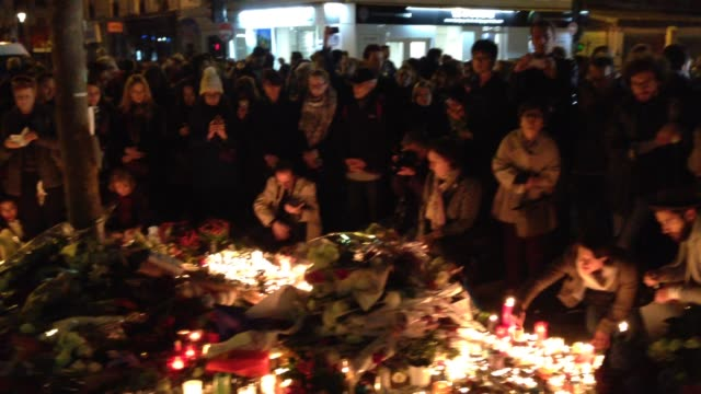 boulevard richard lenoir members of the public gather to lay flowers and lit candles in memory of victims two days after the terrorist attacks at... - terrorism bildbanksvideor och videomaterial från bakom kulisserna