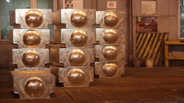 stockvideo's en b-roll-footage met bound aluminum ingots sit in a warehouse beside waiting freight wagons at the foundry in the krasnoyarsk aluminum smelter operated by united co rusal... - aluminium