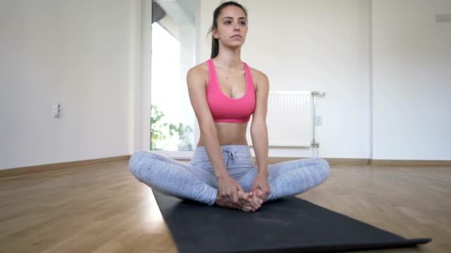 vídeos de stock, filmes e b-roll de limite de ângulo pose - pose de sapateiro - baddha konasana - boa postura