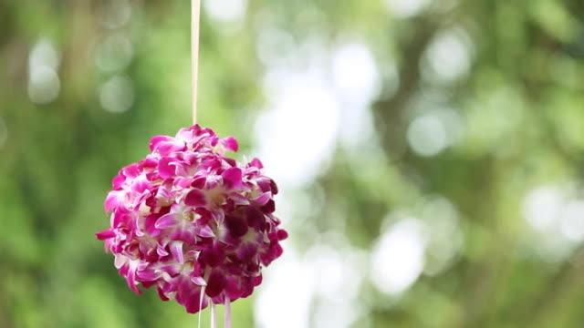 vidéos et rushes de un bouquet de fleurs violettes - composition florale