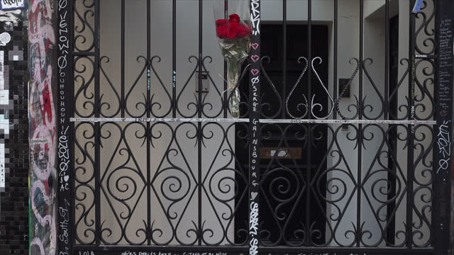 vidéos et rushes de bouquet of roses hanging on the door of serge gainsbourg's house on the 30th anniversary of the artist's death on march 02 in paris, france. the... - composition florale