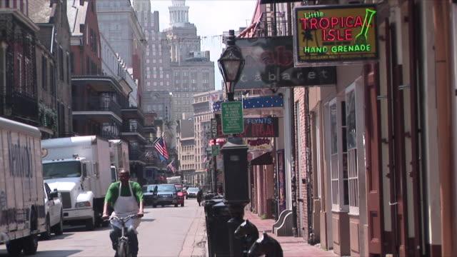vídeos y material grabado en eventos de stock de ws bourbon street, french quarter, new orleans, louisiana, usa - letrero de tienda