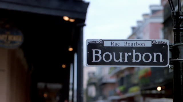 stockvideo's en b-roll-footage met ms, pan, selective focus, bourbon street sign, new orleans, louisiana, usa - street name sign