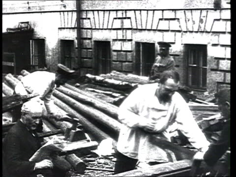 vidéos et rushes de bourgeois opponents in early hard labor camp convicts work in daily civilian clothes sawing logs everyday life in this first gulag/cheka state police... - 1910 1919