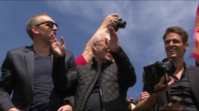 bournemouth celebrate promotion to premier league england dorset bournemouth ext sun shining in blue sky tilt down crowds of bournemouth supporters... - richard pallot stock-videos und b-roll-filmmaterial