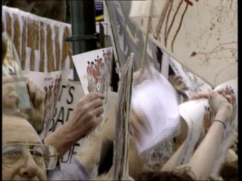 vídeos y material grabado en eventos de stock de bournemouth: ext woman holding placard 'blair judas' cms placards waved in air cms pro-hunting demonstrators towards waving placards during protest... - judas