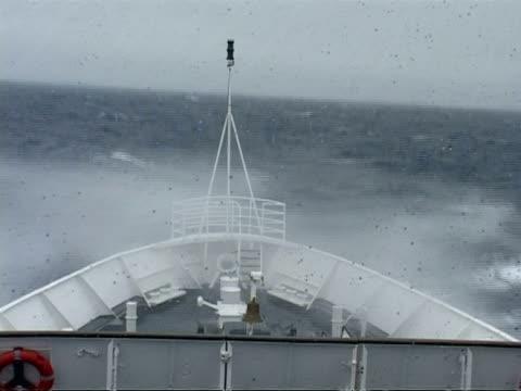 ms bow in rough sea riding sea swell, antarctica - 船首点の映像素材/bロール