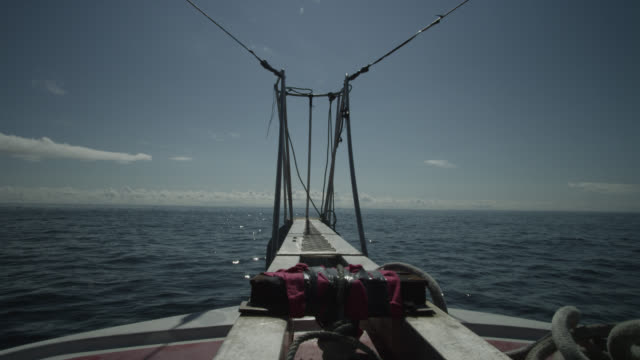 pov bow of boat on atlantic ocean, canada - 船の一部点の映像素材/bロール