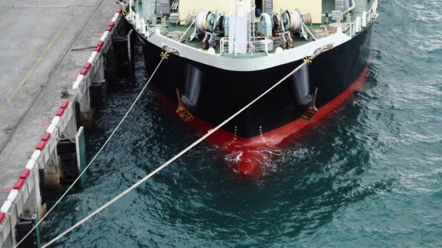 港の貨物船の船。船のドラフトマークとウォーターライン。 - 鉄点の映像素材/bロール