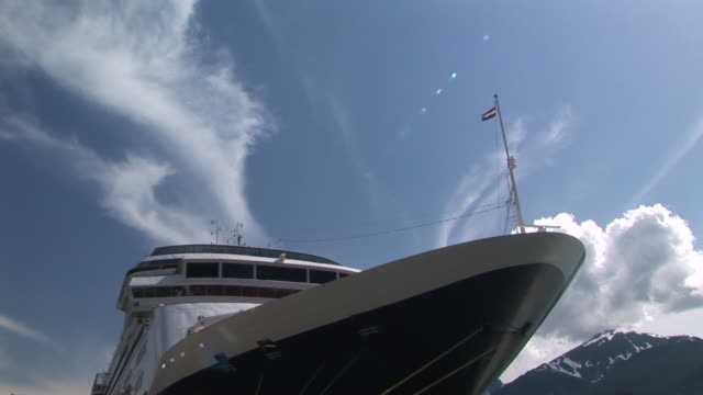 ms, la, bow of cruise ship in port of juneau, alaska, usa - ankrad bildbanksvideor och videomaterial från bakom kulisserna