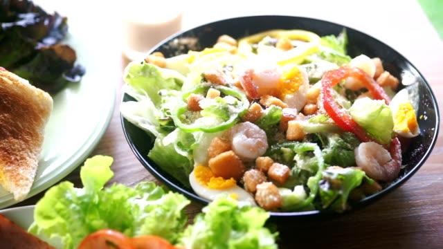 stockvideo's en b-roll-footage met boog van halthy plantaardige salade op houten tafel. - ingrediënt