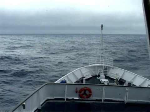 vidéos et rushes de ms bow of ship in rough sea riding sea swell, south atlantic - proue